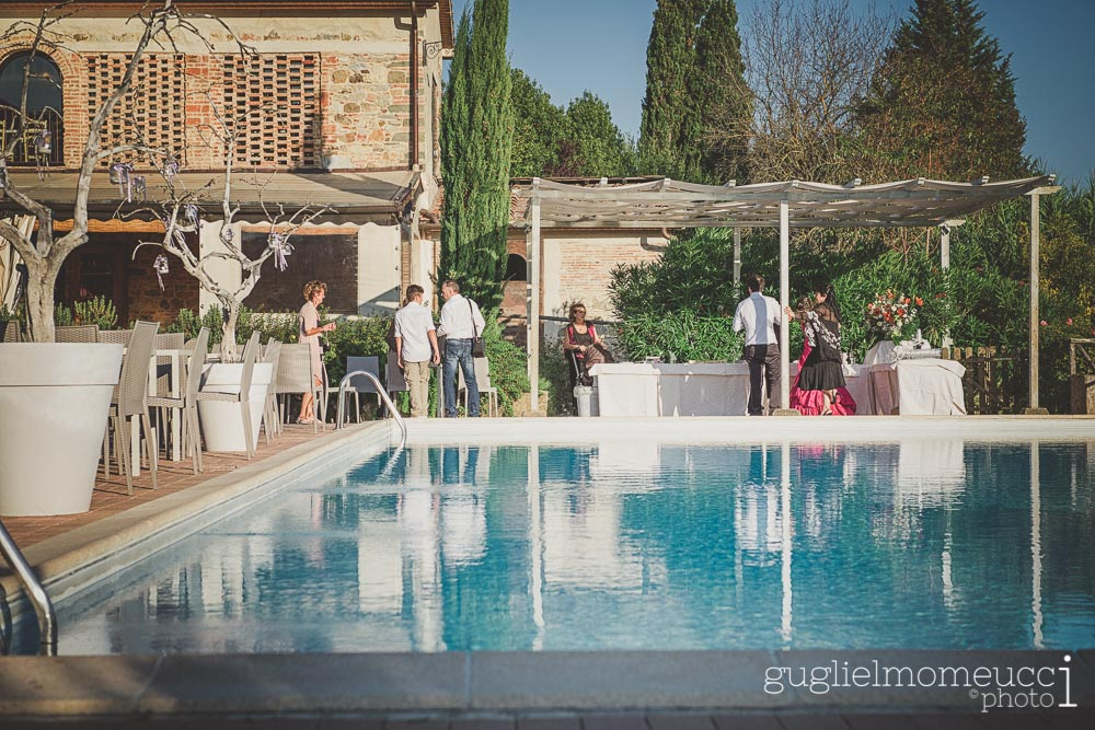 matrimonio a bordo piscina prato