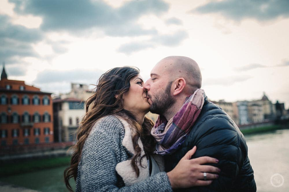 kiss on santa trinita bridge in florence